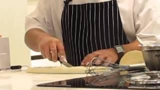 מיקי שמו מסביר איך מכינים עוגת שמרים