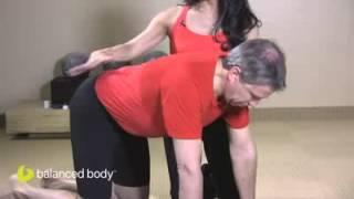 פילאטיס מזרן (פרק 37/2): תרגיל לתנועתיות עמוד השדרה- Cat