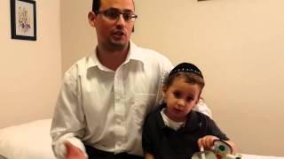 """ד""""ר אליהו דניאל מטפל בילד עם בעיית אי ספיקת כליות"""