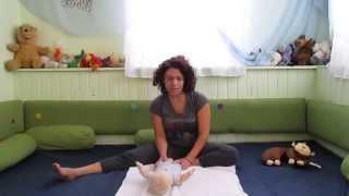 איך לעודד את התינוק לשכב על הבטן ולהתהפך
