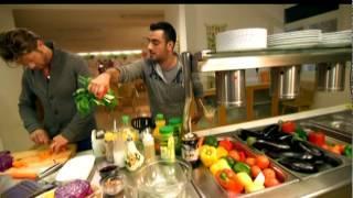 זמן בריאות: מתכון סלט עוף תאילנדי ושייק קוקוס בננה של שף אבי ביטון
